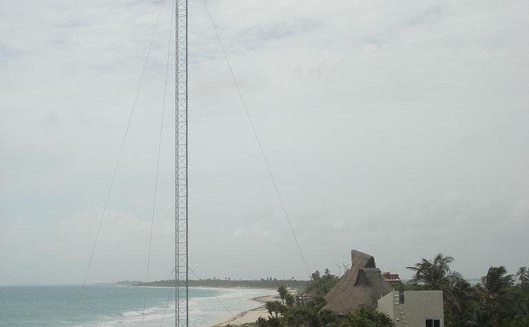 turbina eólica sobre la playa